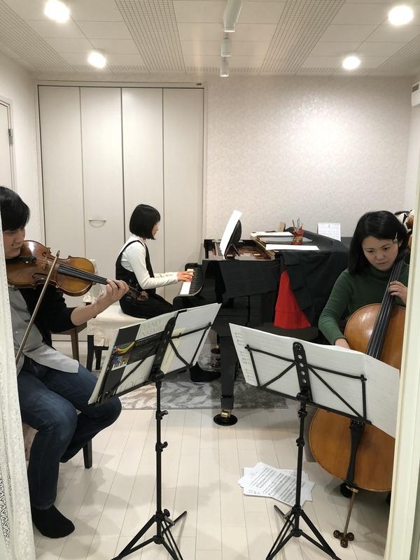 ピアノとバイオリンとチェロのアンサンブル
